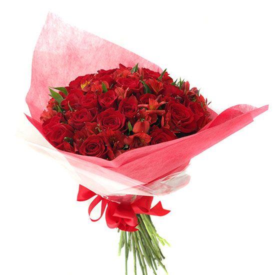 Ramo Con 24 Rosas Con Astromelias Rojas Arreglos Florales Creativos Arreglos De Rosas Ramos De Flores Hermosas