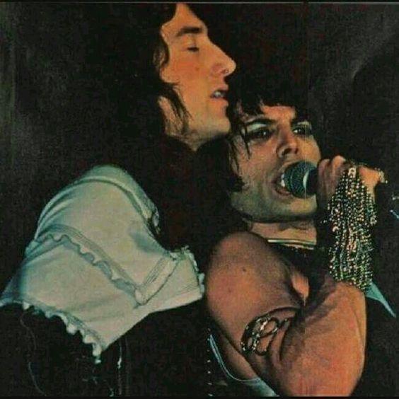 En éxtasis por/con/para Freddie.