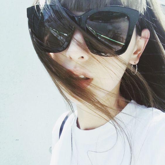 大きなサングラスをかける鈴木えみ
