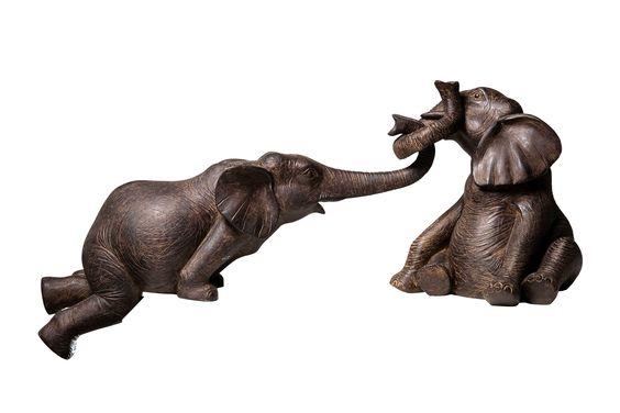 KARE Design Zwei Dekofiguren Elefant Zirkus mit liebevollen Details ausgestattet und mit authentischen Gesichtsausdrücken der beiden, sich umschlingelnden Dickhäuter. #KARE #KAREDesign