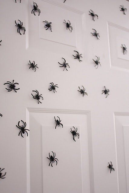 Des araign es sur toute la porte id e halloween d co for Decoration porte d entree halloween