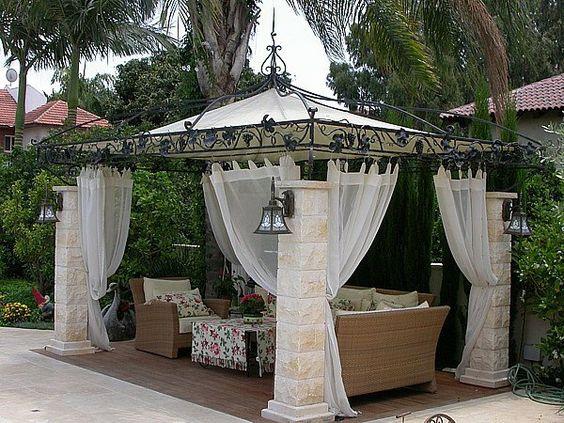 pergola en fer forg rideaux blancs et mobilier de jardin