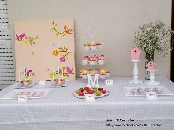 Mesa principal   Docinhos:  Popcakes de chocolate  Brigadeiros de côco e de chocolate  Cupcakes de cenoura e de iogurte  Macarons de framboesa, café e pistácio
