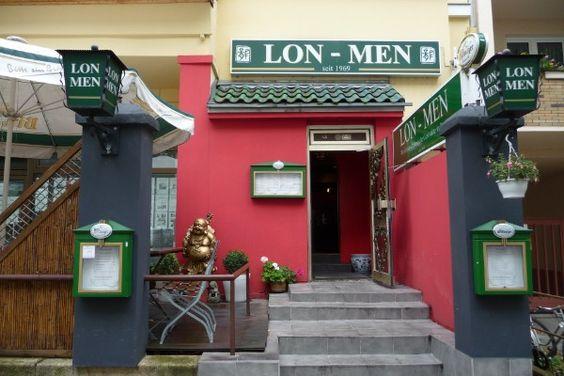 Das älteste chinesische Restaurant in Berlin. Seit 1969 existiert es an der gleichen Stelle in der dritten Generation, unweit des Bayrischen Platzes und serviert chinesische Spezialitäten. Unbedingt die ENTE KROSS auf mit eingelegtem Porree und Spezialsauce in duennen Plätzchen zum Wickeln probieren. In der Bambergerstr. 30.