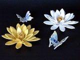 Was kann es Schöneres als Tischschmuck geben als Blüten, die niemals verwelken und Schmetterlinge, die immer lebendig aussehen?  Die handgetöpferten Blüten aus Keramik sind Seerosen mit weißen...