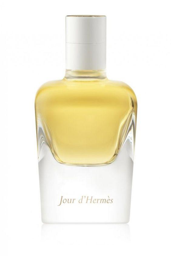 Seine blumige Duftnote verdankt Hermès Jour d´hermès Eau de Parfum es einer Fülle von Blumen wie Wicke, weiße Blüten und Gardenie, deren herrlicher Duft Sie mit diesem Parfum vom Morgengrauen bis zur Abenddämmerung begleiten. Komplettiert wird der Duft von holzigen Noten, Moschus, Zitrone und Grapefruit. Die außergewöhnliche Duftkomposition zelebriert das tägliche wiedererwachen der Frau und ist der Inbegriff der Weiblichkeit. Stelle deine Schönheit zur Schau und... *Pin enthält Werbelinks