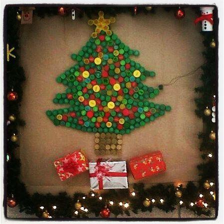 Navidad rbol hecho con tapas de gaseosa recicladas me - Como hacer adornos navidenos ...