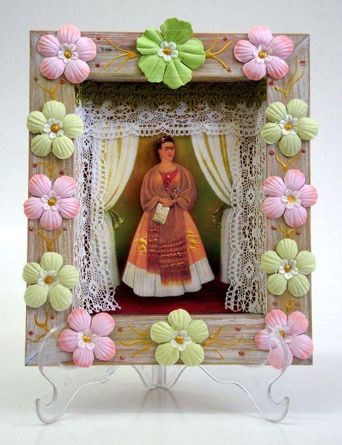 https://flic.kr/p/8wwjAh | Relicário Patinado com Flores | A moldura foi pintada com uma pátina de cera branca sobre a madeira natural. As medidas são: 18,5 de largura, 21,5 cm de altura e 3,5 cm de profundidade.