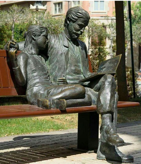 """""""Padre leyendo a su hija"""" Escultura"""