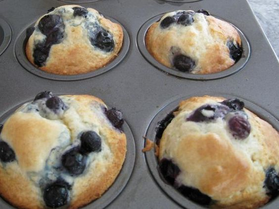.Bisquick Muffins: 2 cups Bisquick 1/3 cup sugar 2/3 cup milk 2 tablespoons vegetable oil 1 egg mashed banana, choc chips, or any add ins Directions: Heat oven to 400 degrees. Grease muffin pan well. Stir all ingredients except berries in bowl, just until moistened. Fold in berries. Divide batter evenly in 9 muffin cups. Bake 13 to 18 minutes
