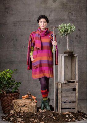 Diese wunderbare, unkonventionelle Kurzarm-Tunika mit breiten Streifen passt perfekt über einen kontrastfarbenen Langarmpullover oder unter die Strickjacke.