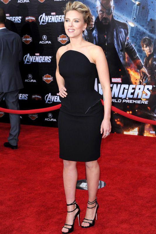 Esta semana Scarlett Johansson es nuestra favorita gracias a este Versace corto con original escote de la colección otoño 2012 con el que llegó al estreno de 'The Avengers' en Los Angeles. Repasamos los aciertos y errores de las celebrities en http://www.elle.es/star-style/el-estilo-de/looks-famosas-estilo3