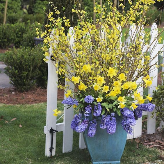 28 Container Gardens for Spring: Day 23   A Natural Beauty it comes with all the directions you need to create one of your very own!: