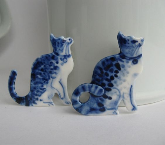 Cat  -  Handpainted Delft porcelain Brooch.: