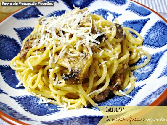 Carbonara de salsicha fresca e cogumelos