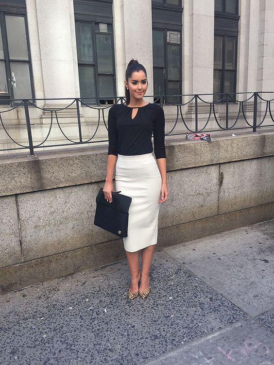 Encontramos a la Miss Universo a su salida de un evento en Nueva York luciendo muy elegante con esta falda lápiz de Zara, top negro de manga tres cuartos de Ann Taylor, zapatos en punta con estampado de leopardo de Chinese Laundry y un bolso tipo sobre de Vince Camuto.