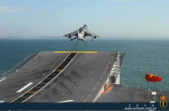 BPE L-61 Juan Carlos I Despegue de un avión Harrier desde la cubierta LHD