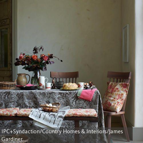 So geht Herbstdeko: Man nehme einen herbstlichen Blumenstrauß, Tongeschirr sowie gedeckte Farben – fertig ist der Herbsttisch! Herbststillleben gibt es auf roomido.com