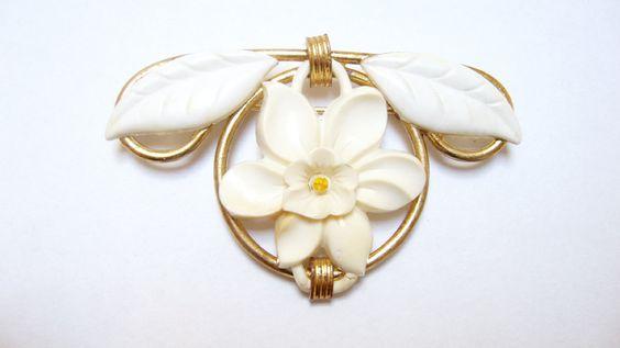 Vintage Antique White Flower Leaf Plastic Cabochon Gold Tone Metal Brooch
