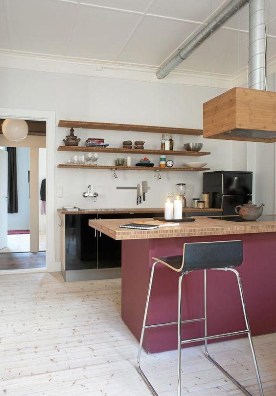 Sjokkrosa flater på kjøkkenet skaper liv i rommet, og står fint ...