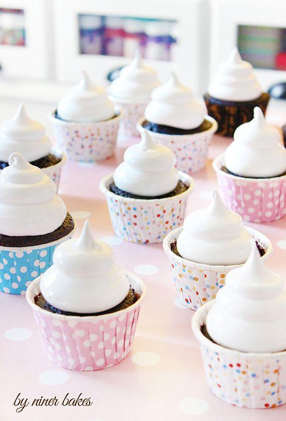 Schokoladen Cupcakes mit Erdnussbutter Füllung + Marshmallow Frosting   niner bakes