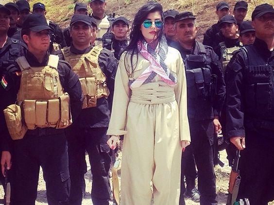 Helly Luv : la Shakira Kurde part en guerre - «Risquez tout». Voilà une chanson qui aura rarement aussi bien porté son nom.  La chanteuse de pop Kurde Helly Luv est victime depuis plusieurs mois de menaces de mort de militants islamistes, notamment de l'Armée Islamiste de l'Irak et du Levant. #HellyLuv #HelanAbdulla #Kurde #Liberté #DroitsDesFemmes #Irak