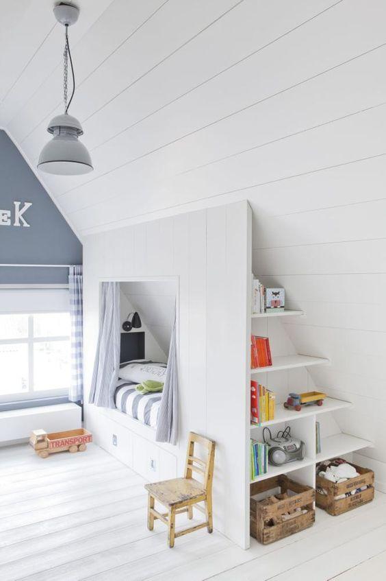 BARNEROM: Hvis du skal innredet et rom med skråtak, er det en god investering å plassbygge møblene. Her er det bygget en seng med skuffer under og hyller i den ene enden. En fin hule til minstemann i huset. Lampen er fra HK Living, de gamle kassene er kjøpt brukt.: