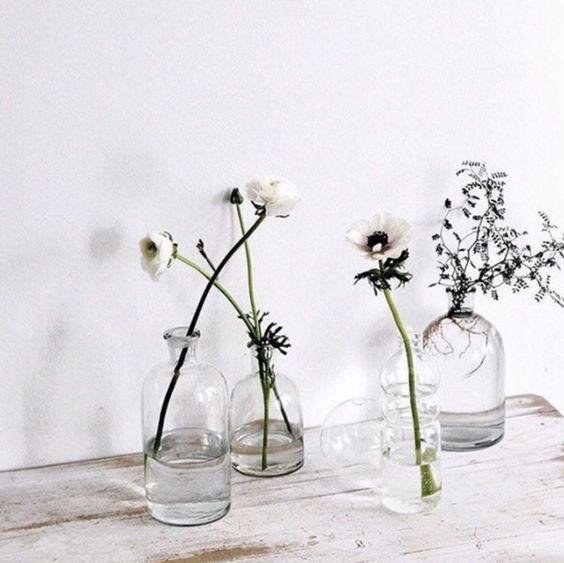 17 On-Trend Floral Arrangements for Minimalist Weddings | Brit + Co