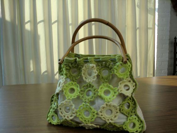 Tas met zomerse kleuren gemaakt van katoenen garen . Bloemen gehaakt in plastic ringen. Handvat van bamboe beugels.
