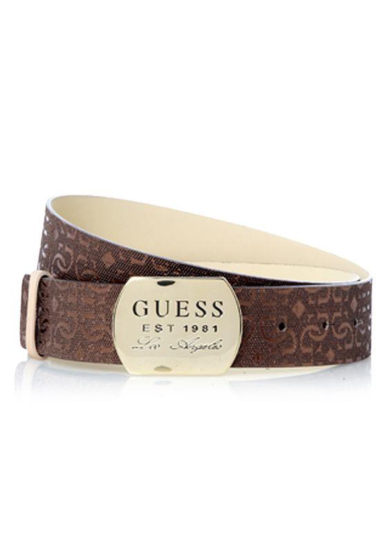 Deze chique leren riem van Guess heeft een all-over bronzen logoprint. Het Guess logo komt ook terug in de brede goudkleurige gesp. De riem heeft één riemlus die een contrasterende beige kleur heeft. Draag de riem op een jeans met een blouse in de broek voor een luxe casual look.
