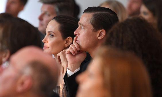 Η Αντζελίνα Τζολί και ο σύζυγός της Μπραντ Πιτ παρακολουθούν την απονομή των βραβείων καινοτομίας της εφημερίδας Wall Street στο μουσείο μοντέρνας τέχνης της Νέας Υόρκης.