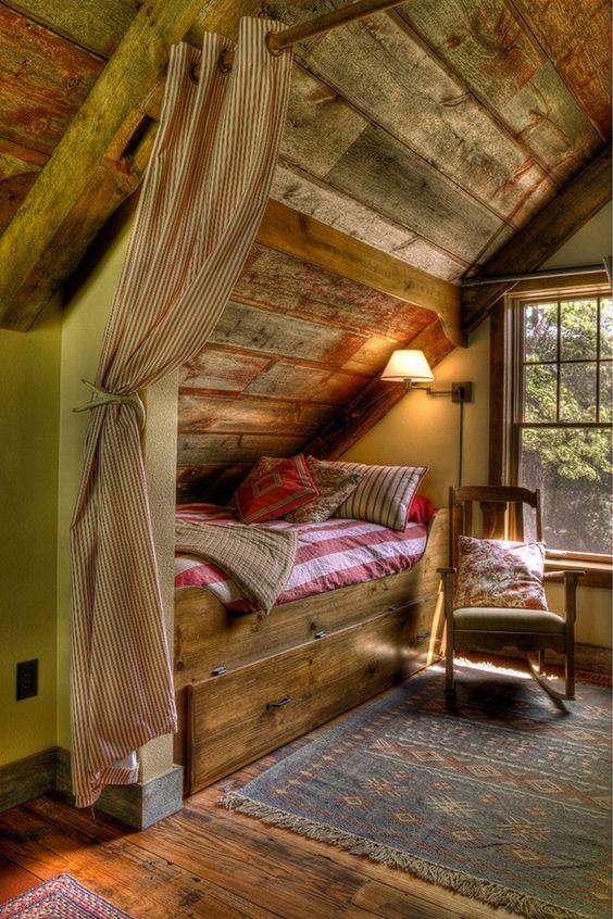 Une petite chambre d'amis aménagée dans les combles de cette maison de vacances rustique