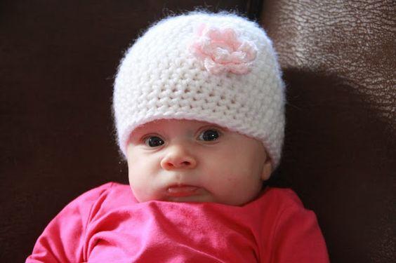 Huiselijk leven...: Babymutsje met bloem (+/- 0-3 mnd)