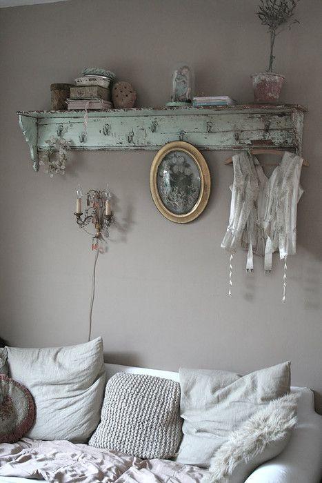 Brocante landelijke woonsfeer in de gezellige woonkamer wandrekjes en kastjes - Deco etagere woonkamer ...