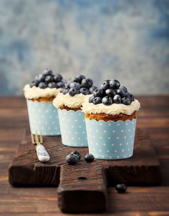 Diese Heidelbeermuffins mit Mascarpone-Topping sehen nicht nur schön blau aus, sondern einfach nur zum Reibeißen!