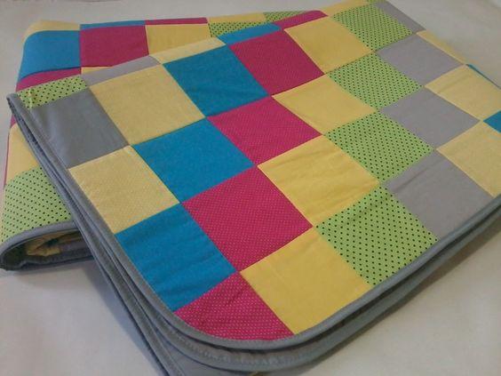 Tapete em patchwork, forrado e com viés em tecido 100% algodão. <br>Enchimento em manta acrílica fina 100% poliéster. <br>*As cores podem ser escolhidas e combinadas no pedido.