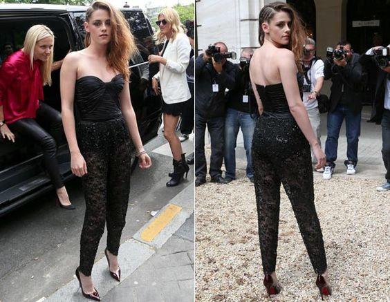 Já para o desfile da Zuhair Murad, ela preferiu um macacão tomara que caia de renda, com calças transparentes. Sexy!