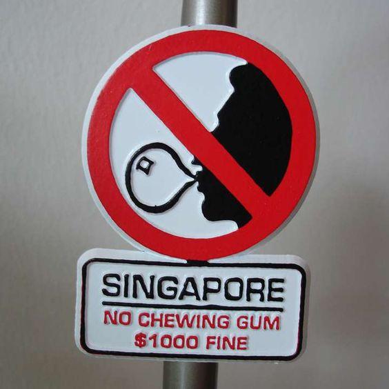 La venta o importación de chicle es ilegal en Singapur desde 1983. Quien sea sorprendido haciendo cualquiera de las dos cosas puede recibir una multa de 1.000 $. Se debe a que se extendió su uso vandálico para bloquear cerraduras, buzones e incluso para mantener cerradas las puertas de los trenes. #chewinggum #singapour #prohibición #importación #multa #venta http://www.pandabuzz.com/es/anecdota-del-dia/chicle-ilegal-singapur
