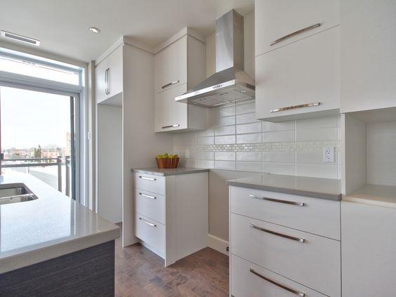 Cuisine moderne avec comptoir de quartz facile d 39 entretien dosseret de cuisine encastr s au - Entretien comptoir quartz ...