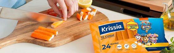 una mano y un cuchillo cortando barritas de surimi krissia