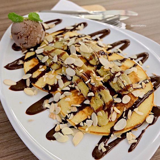 Tropical Delight Pancake  (195 baht)  คนชอบกล้วยชอบน่าจะชอบเมนูนี้เลยยยย จานนี้โดยรวมโอเค แต่ยังไม่ค่อยถูกใจแอดมินเท่าไหร่ค่ะ ตัวแพนเค้กกระด้างไปนิดนึงงง #enfoodgallery #enfoodgalleryxsiam #coffeeworldthailand ---------------------------------------------------------- Coffee World Gold, Siam Paragon, G floor