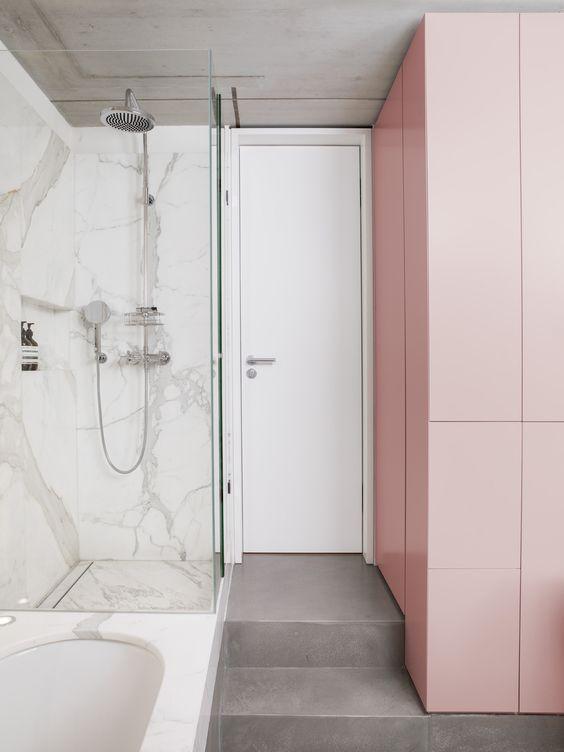berlin - loft-style room - concret floor - marble - japanese inspiration - changes room heights - difference public from private space - bathroom - built-in furniture - antique pink - cupboard - marble - shower - einbaumöbel - marmot - höhenunterschied - badewanne - dusche - badezimmer - grau - rosa - weiß