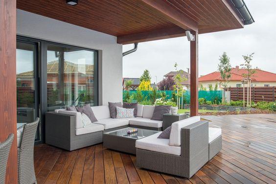 Jakmile je venku příjemně, majitelé otevírají posuvná francouzská okna a tráví většinu času venku.