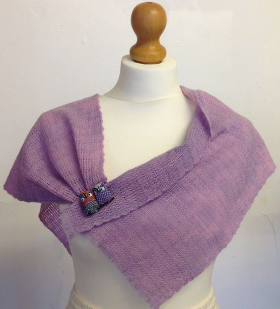 Mauve hand woven, hand-dyed stole using botany wool from www.saorimor.co.uk and featuring a cute SAORI owl badge