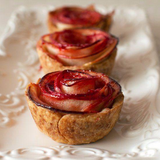 いつもの材料でつくるアップルパイが、見せ方をちょっとだけ変えるだけで、ラブリーな薔薇に変身! ホームパーティで手軽に見栄えのするデザートを作りたいという時や、あっと言わせるスイーツの手土産を持って行きたい時に、超オススメな「薔薇のアップルパイ」の作り方。