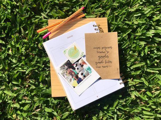 """Hoje nosso blog renasce. 💚  . Pensamos na formatação e nas divisões de categorias com carinho especial. Estamos muito felizes com esse recomeço e com essa """"casa"""" aquarelada em tons de verde e rosa. . Vai ser deliciosa essa nossa reaproximação, vamos estreitar os laços, compartilhar o que pensamos, dividir a energia que rola dos bastidores e te mostrar o real motivo pelo qual trabalhamos com boa vontade, carinho e muito amor. . Design por @xcakedesign"""