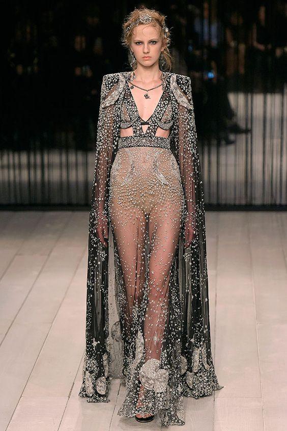 Suave é a noite – e belíssima. Sarah Burton às vezes é criticada (sim!) por ter uma visão menos perturbadora do mundo que o fundador da marca em que hoje é a estilista principal, Lee Alexander McQueen.