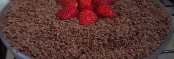 Torta de bolacha de chocolate com morangos