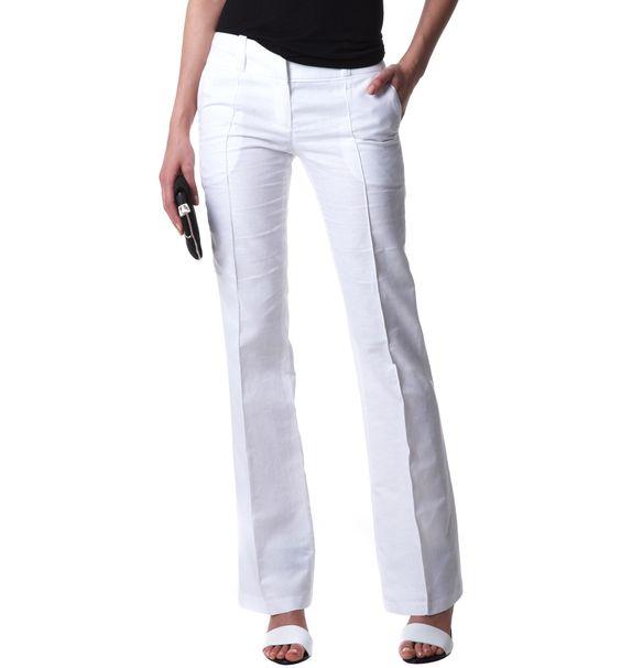 Chica en pantalones blancos apretados