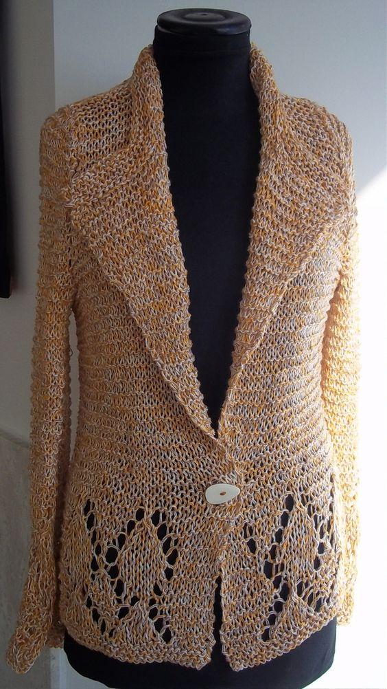 Casaco em tricô feito com fios de algodão 100% e botão artesanal. Agasalho próprio para o verão. Tamanho G.